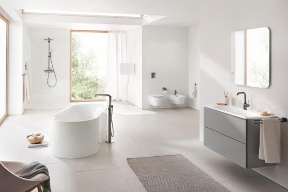 Diagonálně umístěná vana krásně člení velkou koupelnu. Nová série Grohe Essence nabízí kompletní sanitární vybavení v řadě variant, např. vana 180 cm může být solitérní, ke stěně nebo zabudovaná, umyvadla si můžete vybrat na desku, závěsná či nábytková. Elegantní geometrický design vynikne právě ve velkém prostoru (GROHE)