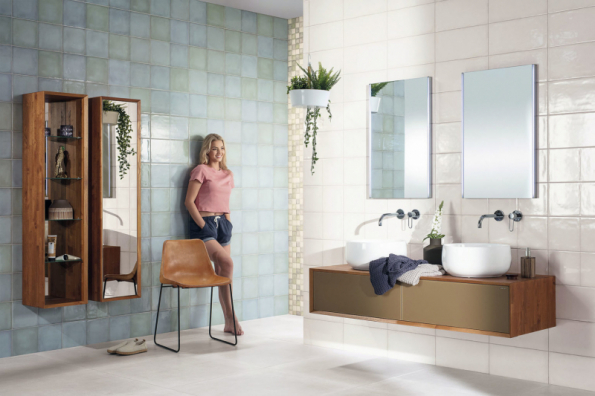 Rozdělení koupelny na zóny je zvýrazněno pomocí obkladů. Série Retro umožňuje kombinovat obklad 20 x 40 cm ve 4 variantách, mozaikový obklad ve 2 barvách a dlaždice 20 x 40 cm s geometrickým dekorem rovněž ve 2 barvách (výrobce RAKO)