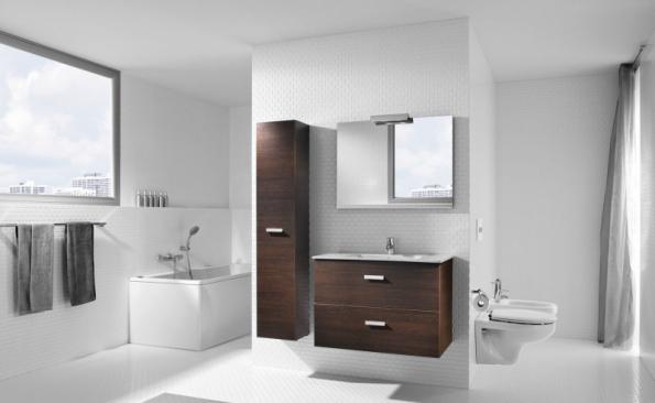 """Velkorysý koncept s vanou u okna, centrálním umyvadlem (za stěnou je sprchový kout) a """"schovanou"""" toaletou. Sanitární keramika je ze série Victoria Basic (ROCA)"""