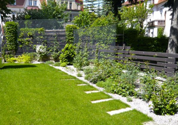 Drátěné konstrukce během následujících let popnou popínavé rostliny, které nahradí prostorově náročný živý plot