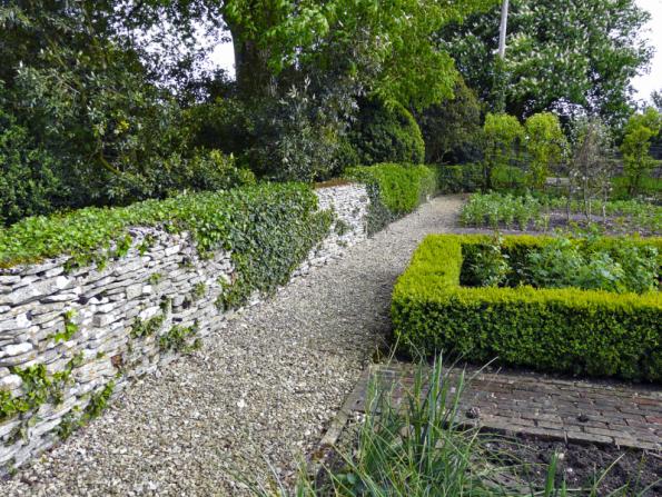 Nenápadná kamenná zídka neruší zahradní kompozici a svůj účel splní na jedničku. Přírodní neopracovaný kámen je vhodným řešením především pro venkovské zahrady