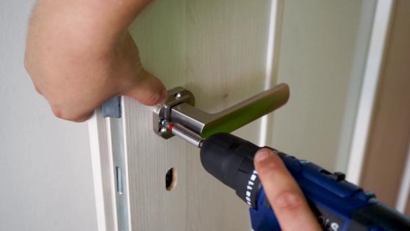 Instalace kování je vždy individuální záležitost. Je možné si vybrat mezi mnoha druhy klik, zámků, nebo rozet. Při vrtání otvorů pro kování je opět třeba dbát na rovinnost a umístění. Dodržení důležitých drobností v přípravě i následné montáži přinesou kýžený výsledný efekt.  Doporučuje se použití montážní šablony, které dodávají jednotliví výrobci dveřního kování