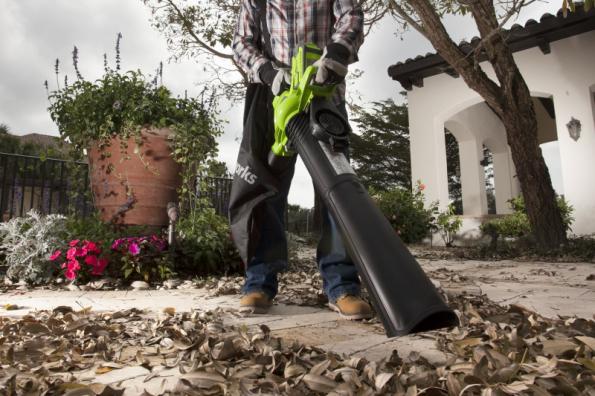 AKU fukar/vysavač Greenworks GD40 BV je vybaven drtičem, který zmenší objem listí o 90 %. Nemusíte tedy neustále vysýpat sací vak a na jedno vysypání můžete vysát mnohem více listí, než byste čekali (zdroj: Mountfield)