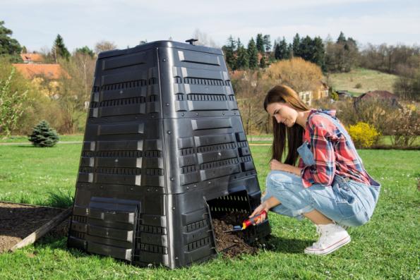 Kompostér K 700 pojme až 720 litrů biomasy. Je opatřen víkem s panty pro otevírání jednou rukou a otočným ventilem, sloužícím k regulaci prostupu vzduchu. V patě naleznete boční dvířka pro vyjímání uzrálého kompostu (zdroj: Mountfield)