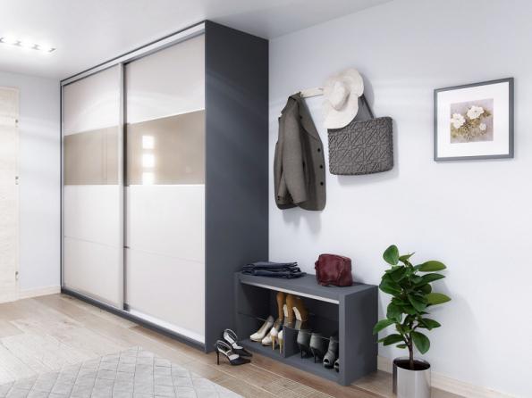 Vestavěné skříně s posuvnými dveřmi se dodávají na míru a vzhledem k nepřeberné nabídce materiálů a provedení jsou univerzálním řešením do každé předsíně. Vlevo skříň s matně antracitovým korpusem, dveře s lesklou akrylovou fólií v odstínu cappuccino (Trachea)