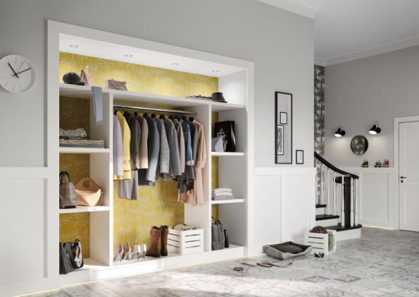 Společnost Hornbach nabízí skříňové sestavy z bílého lamina, které lze vestavět do zdi a použít jak v předsíni, tak v ložnici. Řešení bez dveří je na první pohled přehledné a působí útulně