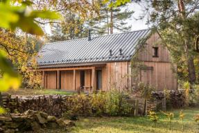 Jednoduchý víkendový dům nabízí dokonalé místo pro relaxaci (foto: Vesper Frames)