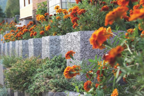 Svahové tvárnice pro okrasné a opěrné stěny (zdroj: LiaStone)