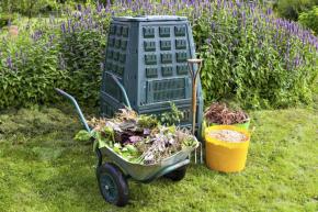Kompostování a také mulčování má celou řadu přínosů pro vás i vaši zahradu: zužitkujete organické zbytky ze zahrady, zlepšíte půdu o organickou složku a podpoříte složitou síť mikrobiálního života v půdě, která velmi prospívá rostlinám