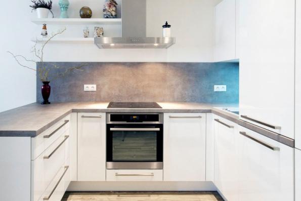 Kuchyň navržená v návaznosti na probíhající činnosti obsahuje pět základních zón řazených po směru hodinových ručiček, pro leváky obráceně, realizace www.jninterier.cz