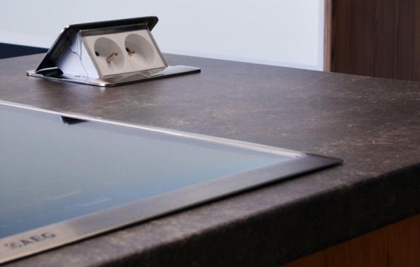 Elektrické zásuvky, které se objeví na pracovní ploše pouze tehdy, když je potřebujete, a jinak zůstávají diskrétně skryté, napomáhají udržování pořádku v kuchyni