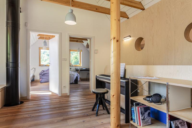 Místnost pro společenské a herní aktivity všeho druhu nazývají obyvatelé domu příznačným názvem lebedín. Z této místnosti vedou dveře do dvou dětských pokojů