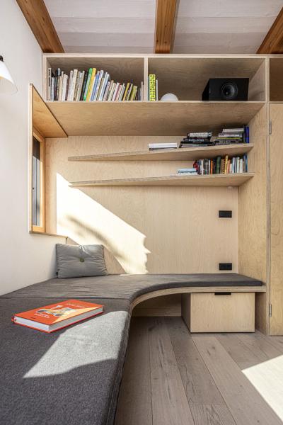Překližka je materiál, který mají v oblibě architekti z A1 architects i pán domu. Najdeme ji v nejrůznějších formách v celém domě, například jako stěnu s knihovnou či lavici pro sezení