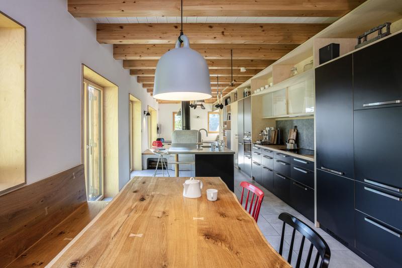 V interiéru převládá dřevo, s výjimkou malého podílu sádrokartonu. Interiér do posledního detailu navrhli architekti z A1 architects