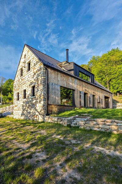 Z původního domu byly po rozebrání vybrány ty nejhezčí žulové kvádry a použity na stavbu kamenné štítové předstěny, parapetů, podlahy ve stodole a opěrné zídky v terénu