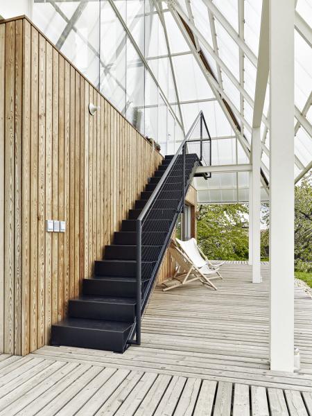 Přímé kovové schodiště do skleníku rozehrálo jižní fasádu. Štít je prosklený