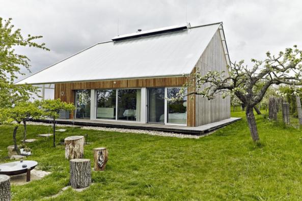 Jedná se v podstatě o tradiční stavbu se sedlovou střechou. Ale dutinkový polykarbonát byl jako střešní krytina rodinného domu použit v našich zeměpisných šířkách zcela jistě poprvé