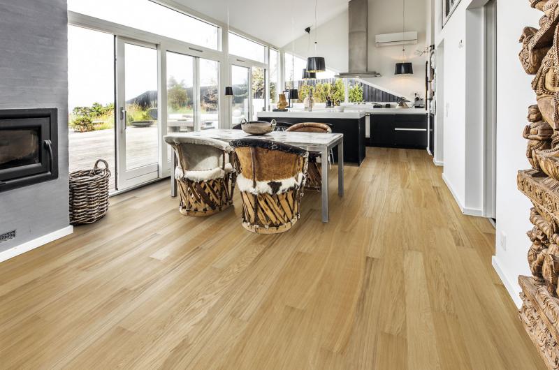 Dřevěná třívrstvá podlaha Kährs vhodná pro podlahové vytápění, kolekce Linnea Habitat, dekor Dub Tower. Lamely o rozměrech 1 810 x 150 mm mají tloušťku 7 mm, zámkový spoj, kartáčovaný olejovaný povrch, cena 1 295 Kč/m2. Dodávají prodejny Kratochvíl Parket Profi