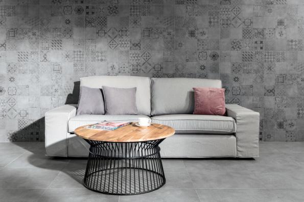 Vzhled betonu navozují slinuté glazované rektifikované dlaždice formátu 60 x 60, 30 x 60 cm ze série Betonico se širokou škálou uplatnění v interiéru i na venkovních terasách (RAKO)