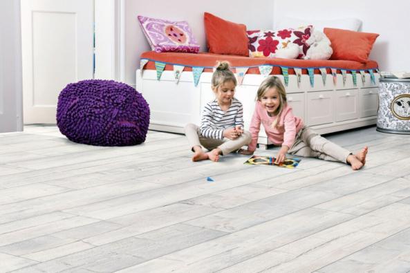 Korková podlaha Egger 8.0 pinie villefort bílá EHC008 představuje ekologickou alternativu pro každého, kdo je příznivcem hřejivých, měkkých a tichých podlahových krytin (HORNBACH)