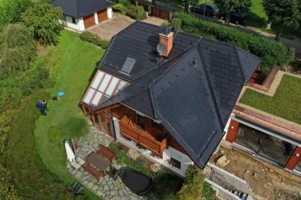 Pohled na dům v Jeseníku se solárními střešními taškami