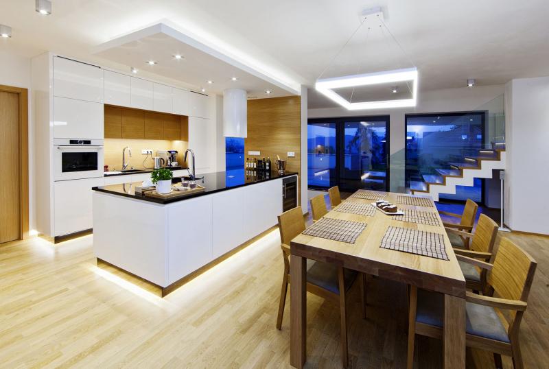 Společný obývací prostor je orientován k prosklenému západnímu průčelí, na terasu s výhledem. Je rozčleněn na kuchyň, jídelní zónu a sezení orientované ke krbu. Téměř veškeré vybavení interiéru s velkou precizností vyrobilo truhlářství Červený, převážně z masivního dubu a desek s dubovou dýhou