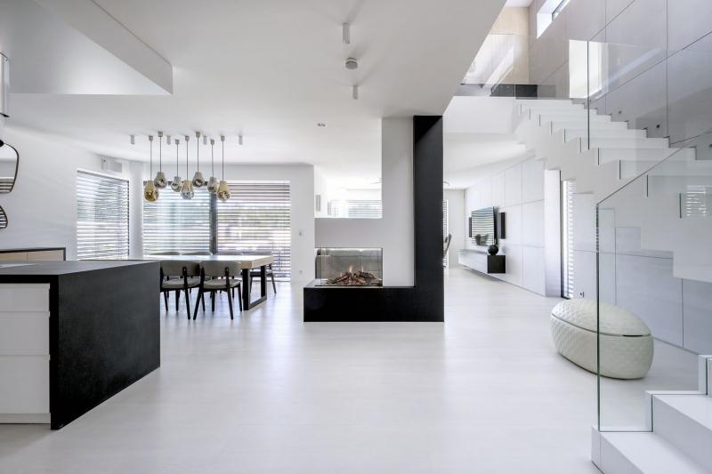Kompozice centrálního krbového tělesa koresponduje s geometrickými prvky tvaru L, které architekti navrhli jak v exteriéru, tak v interiéru celého domu