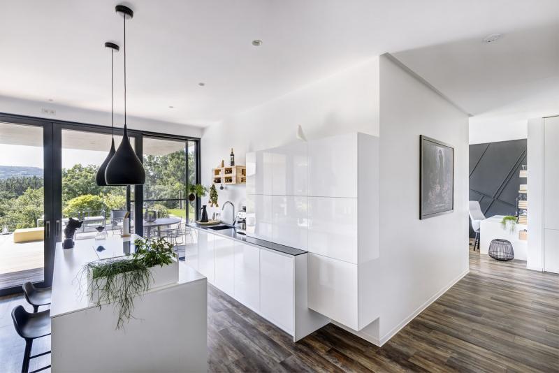 Prostor celého domu je velkoryse otevřený a propojený – na ploše 180 m2 najdete jen dvoje dveře