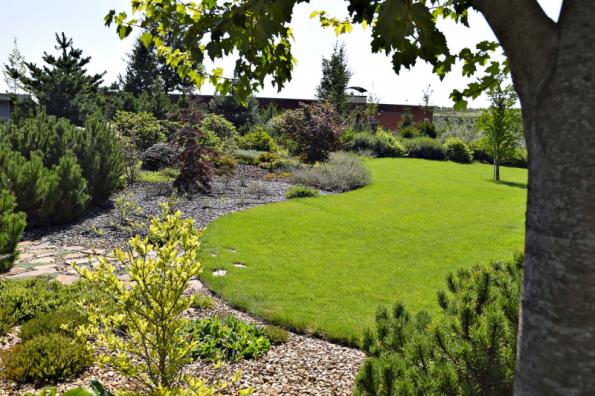 V přední části zahrady obklopuje centrální travnatou plochu rozlehlé vřesoviště se stálezelenou kulisou z různých druhů borovic a dalších jehličnanů. Z vyvýšeného valu je na zahradu navíc perfektní výhled