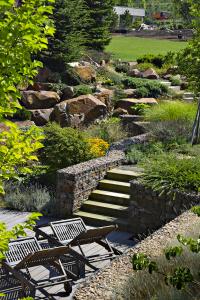 Kámen představuje hlavní součást kráterové zahrady, a ačkoliv na sebe bezprostředně po realizaci strhával hodně pozornosti, po letech jeho podobu výrazně změnila druhově pestrá výsadba okrasných keřů, trav i trvalek