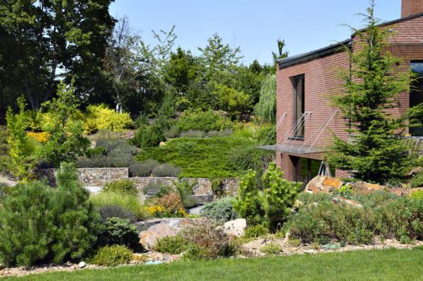 Nelehkým úkolem bylo propojení podzemních prostorů domu s exteriérem. V přímé blízkosti domu tak vznikla úprava ve stylu kráterové zahrady, jejíž největší výhodou je soukromí i specifické mikroklima podobné tomu ve středomořské oblasti