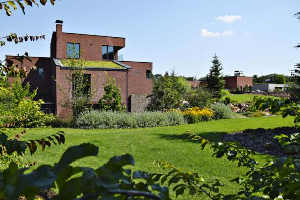 U této velkolepé zahrady vzniklé v prostoru bývalé pískovny se v první řadě vsadilo na odvážné terénní modelace, díky kterým vzniklo hned několik soukromých zón obklopených tematickými výsadbami