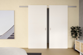 Hliníkový posuvný systém s bílými dveřmi CLARA MASONITE s 3vrstvým HQ lakem, typ Quatro (zdroj: MASONITE)