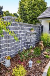 Zdicí kameny CRASH BLOCK jsou vibrolisované betonové bloky s rumplovaným (otlučeným) povrchem, který imituje přírodní stavební materiál (PRESBETON)