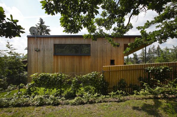 Dřevostavba obdélníkového tvaru o celkové užitné ploše 120 metrů čtverečních je umístěna v severní části obce pod vrchem Větrník