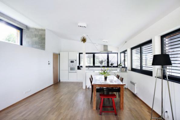 Terasa poskytuje dostatečně velkou plochu pro pohodlné sezení či stolování. Se společnou obývací částí domu je propojena prosklenou posuvnou stěnou, přechod z interiéru do exteriéru je řešen jako bezbariérový
