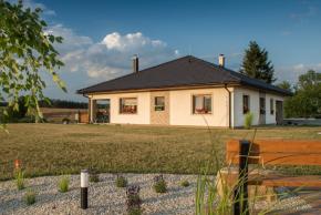 Stavební systém Porotherm je ideální pro svépomocnou stavbu domu. Cihly jsou dokonale vybroušené a vzájemně se spojují lepidlem nebo maltou (zdroj: Wienerberger)