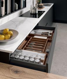 Aby byla široká zásuvka přehledná, je třeba ji vnitřně rozčlenit. Kuchyň Erika obsahuje 120 cm širokou zásuvku s dělením na kořenky, příbory, nože, ubrousky a další drobnosti (výrobce ARAN Cucine)