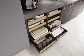 Přehled na první pohled – to je hlavní výhoda zásuvek s nízkými čely, které nabízí kuchyňská linka Teresa (SENESI koupelny a kuchyně, www.senesi.cz)