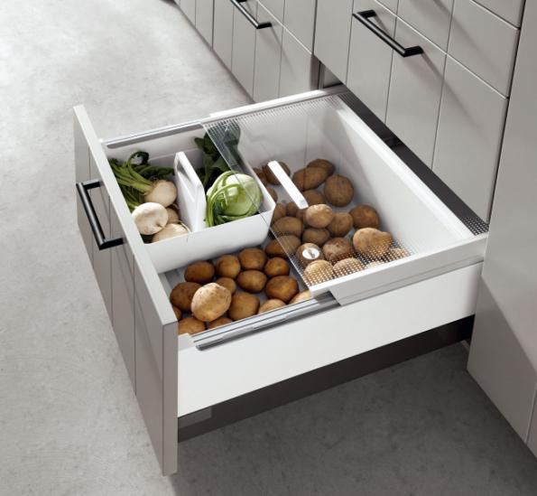 Zásuvka na potraviny je široká 60 cm a hluboká 32 cm. Díky praktickému členění prostoru do ní uložíte vše potřebné. Je součástí modelu linky Gent společnosti ASKO – Nábytek