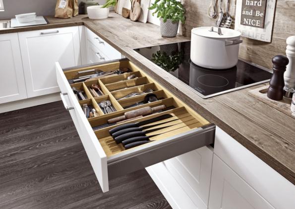 U kvalitních nebo tradičně pojatých kuchyňských linek objevíte vnitřek zásuvek opatřený dýhou nebo povrchovou úpravou s dekorem dřeva. Linka tak získá luxusní vzhled. Na fotografii detail kuchyně Cristina s dezénem dubu (SENESI)