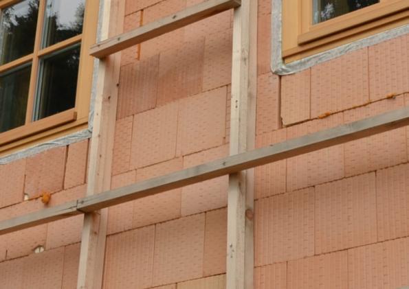 Foto 4 - Alternativa přichycení nosného roštu bez držáků a jeho stav před instalací dřevěného obkladu (zdroj: HELUZ)