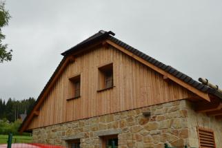 Příklad dřevěného obkladu cihelného štítu (zdroj: HELUZ)