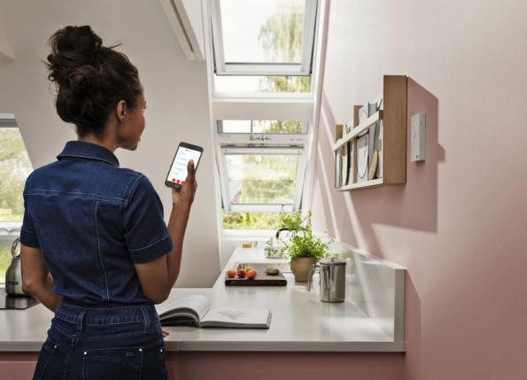 Dostatek přirozeného světla v podkrovních místnostech i dostatečné a správné větrání automaticky zajistí střešní okna VELUX ACTIVE with NETATMO (VELUX)