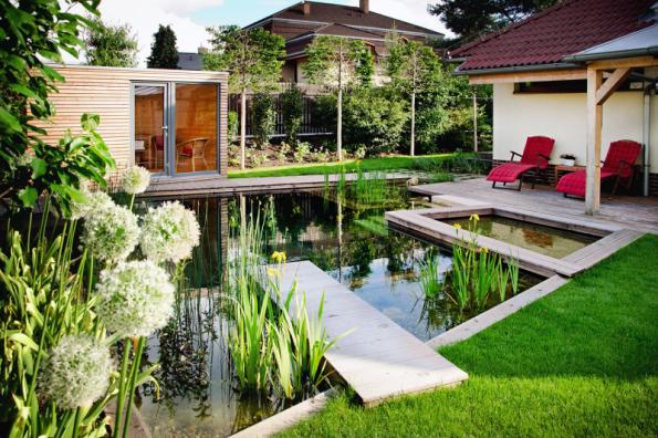 Venkovní sauna a přírodní koupací jezírko – to bylo hlavní přání majitele domu, který se rád otužuje. Na své si ale na této krásné zahradě přijde i zbytek rodiny