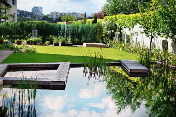 Trávník patří k nejnáročnějším prvkům v zahradě. Dejte ho jen tam, kde ho opravdu potřebujete, radí Ferdinand Leffler. V tomto případě slouží nejen ke hrám, ale i k opalování