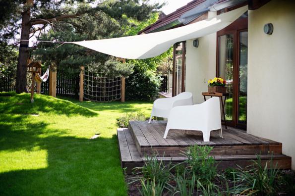 Jedna terasa u domu nestačí, soudí zahradní architekt Ferdinand Leffler. Tato terasa z boku domu slouží k ukrytí před prudkými slunečními paprsky, ale i k nerušenému rozjímání