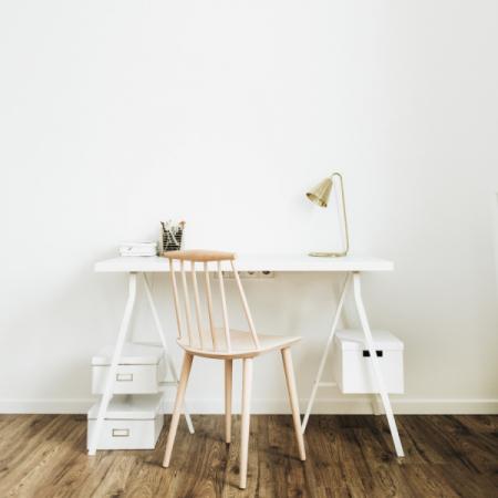 Pracovní stůl se židlí (zdroj: Shutterstock)