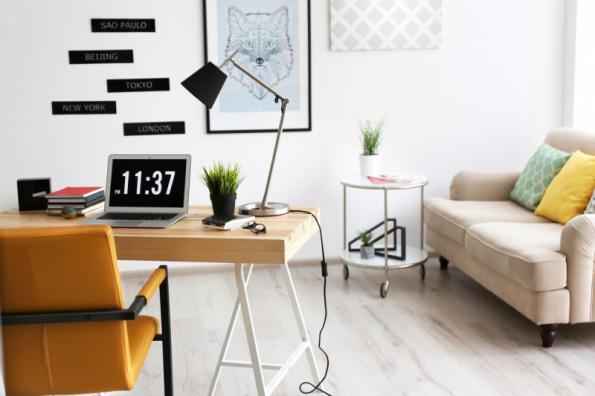 Stolní lampa v pracovně (zdroj: Shutterstock)