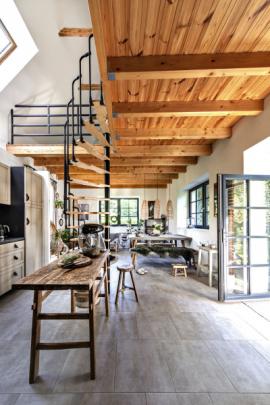 Přízemí je koncipované jako otevřený prostor propojující kuchyň, jídelnu a obývací zónu. Dům je otevřen do zahrady a v letních dnech je jeho užitná plocha rozšířená o venkovní sezení